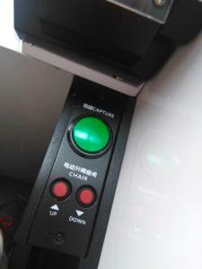 スピード写真の椅子調節と撮影ボタン